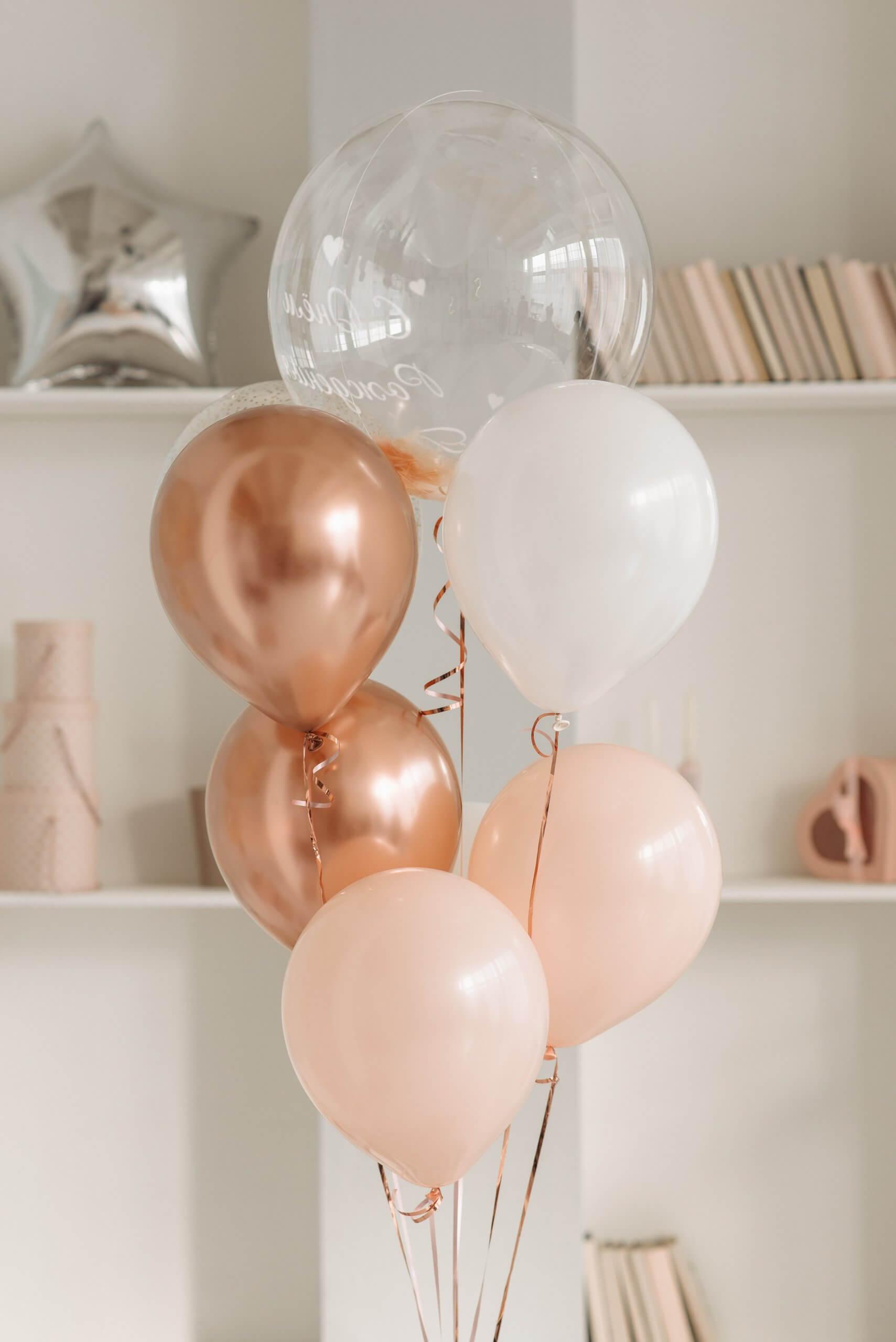 goldene Heliumballons im Wohnzimmer